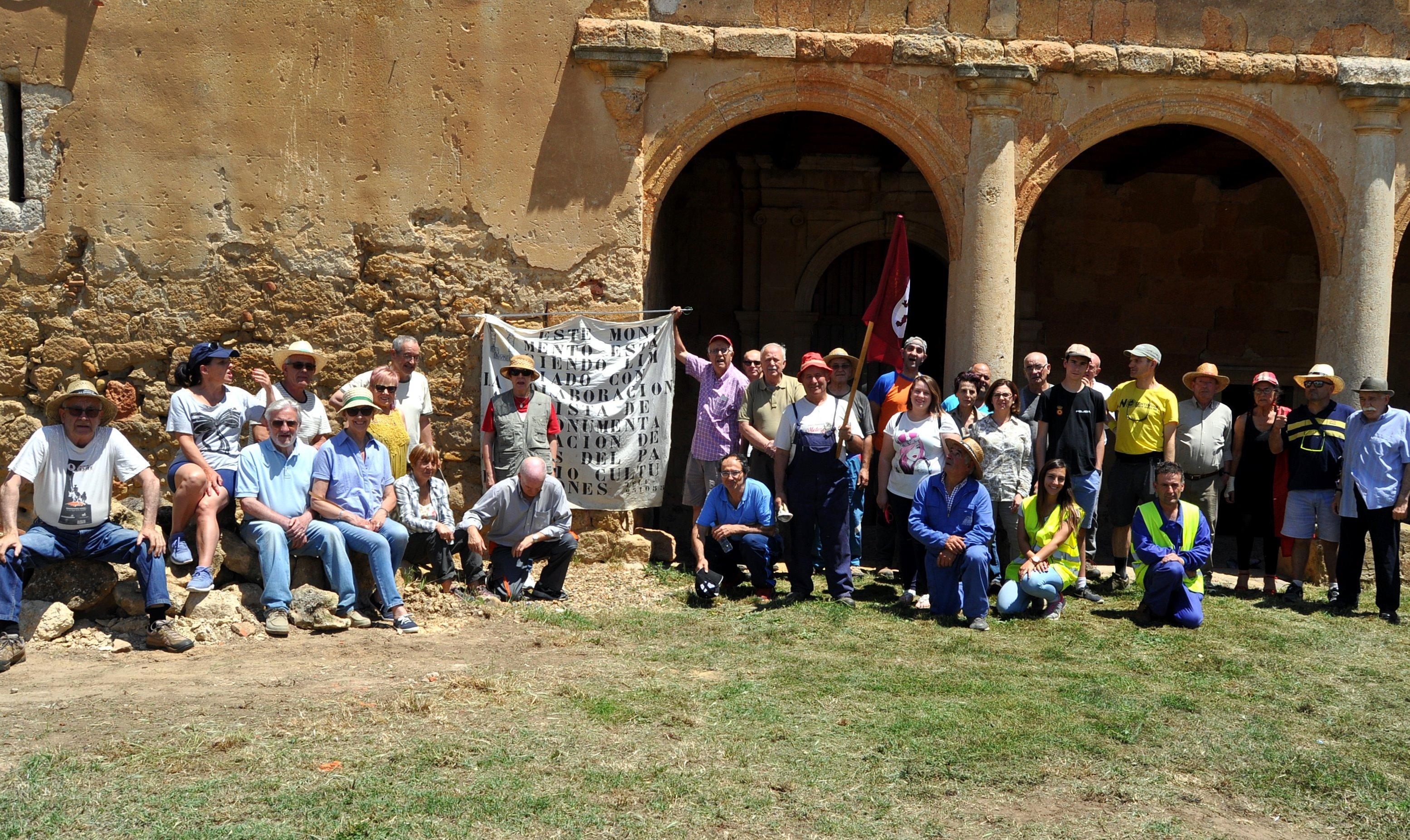 Voluntarios de Promonumenta y del pueblo.