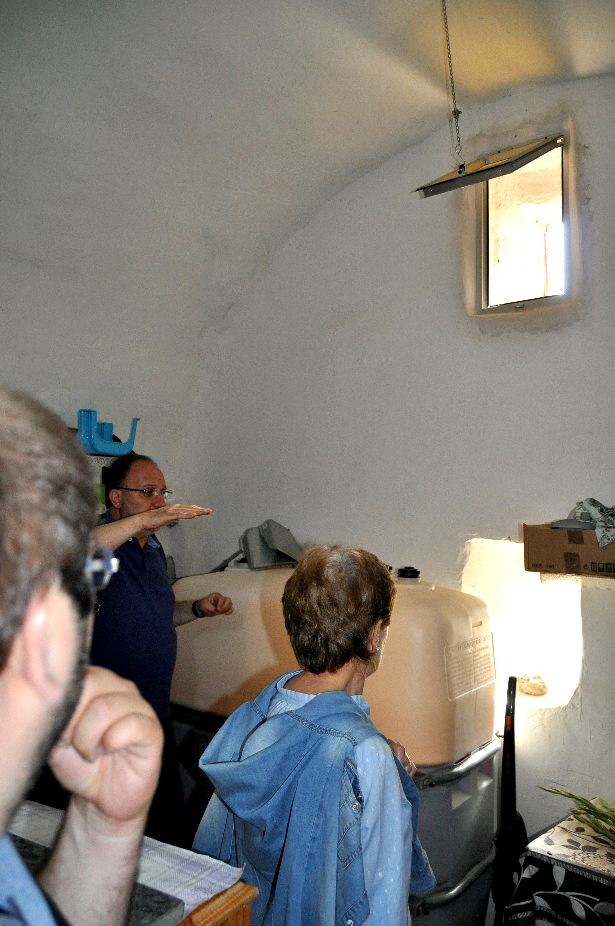Javier-Callado-explica-el-ábside-prerrománico-oculto-en-la-iglesia-de-Jiménez-de-Jamuz.