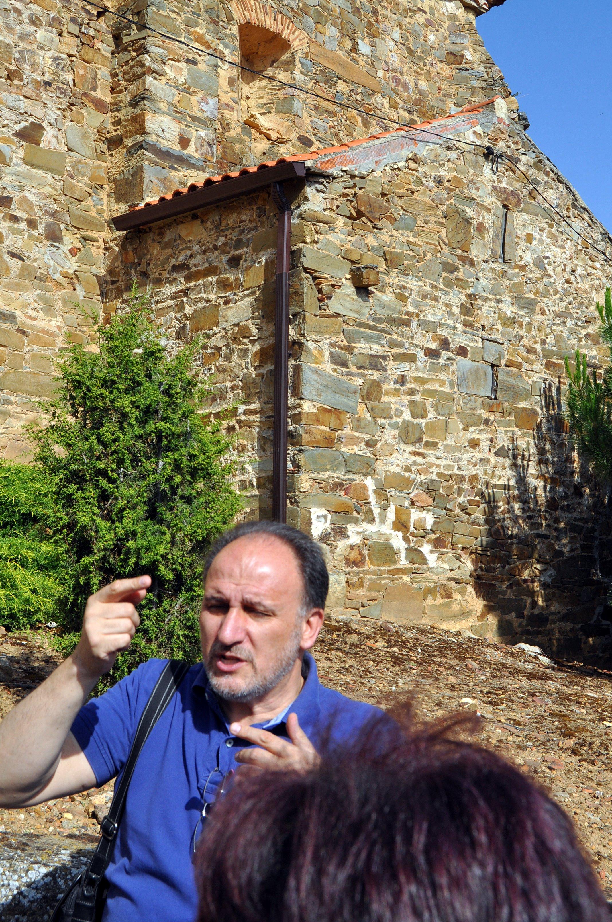 Javier Callado muestra e exterior del ábside prerrománico oculto en las iglesia de Jiménez de Jamuz