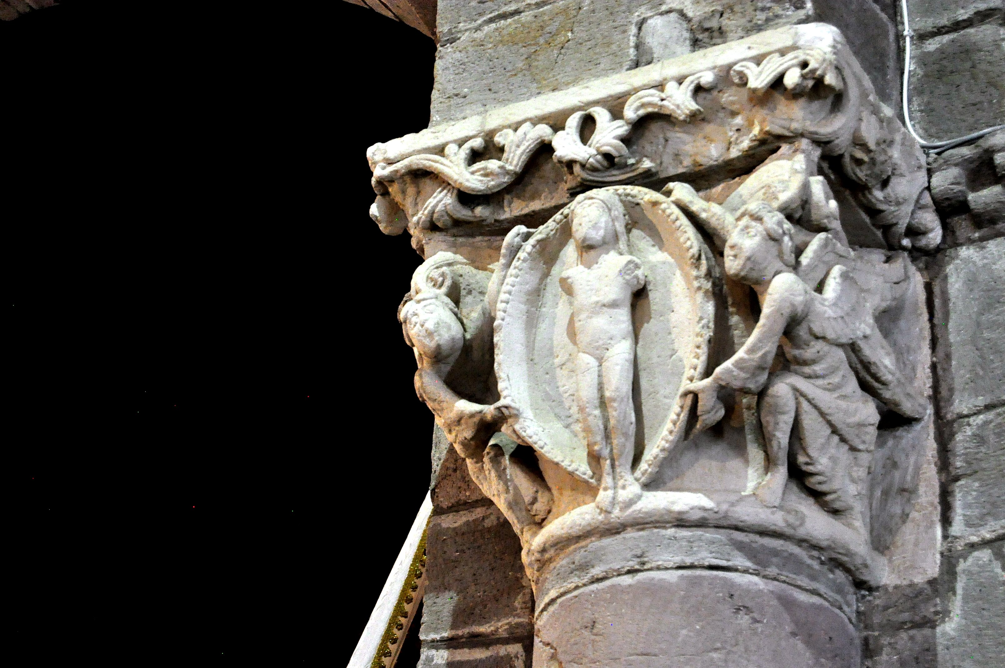 Jesucristo en una mandorla es portado por dos ángeles ¿Ascensión?