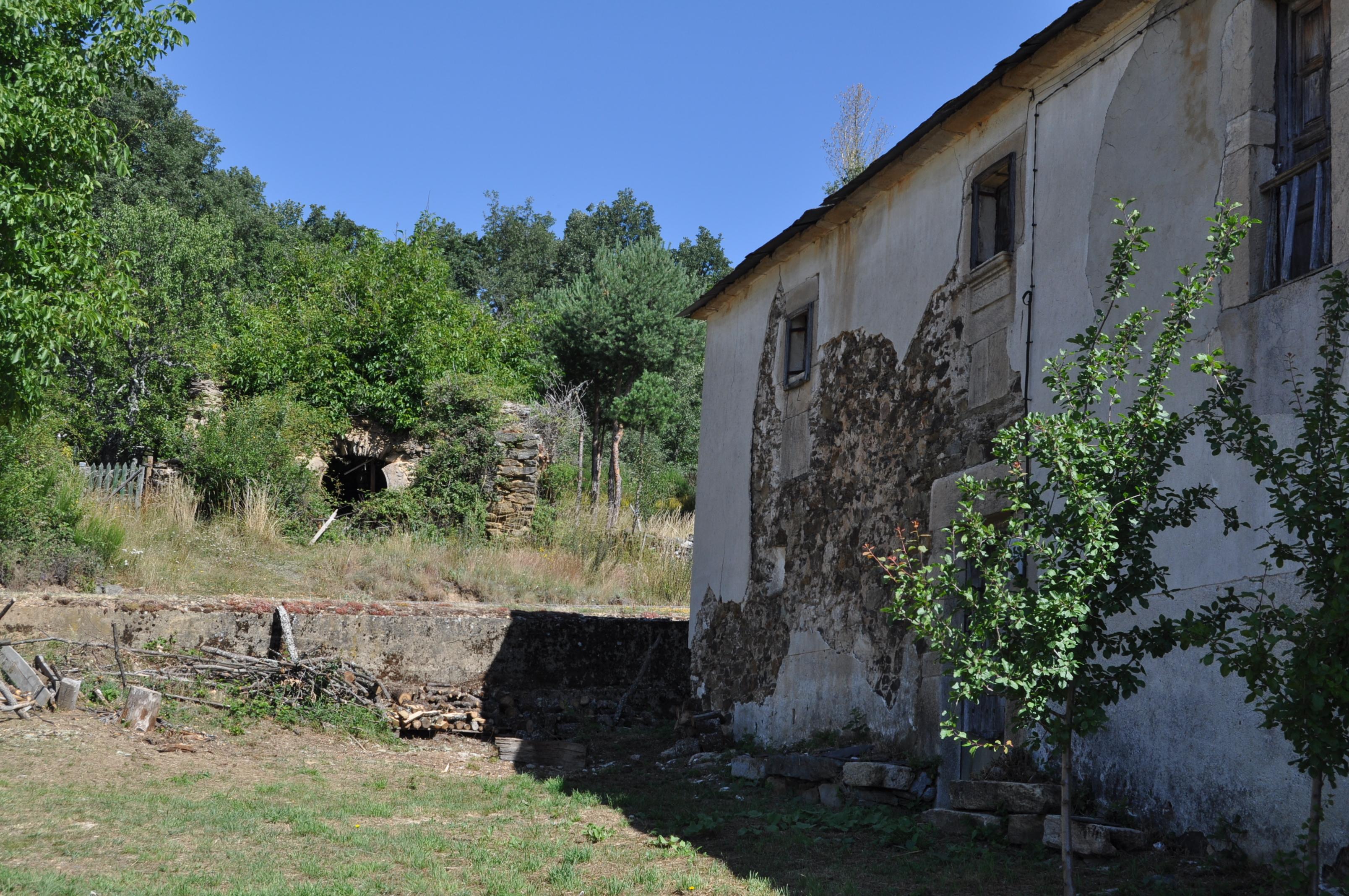 Casona de los Flórez. Al fondo, la ermita.