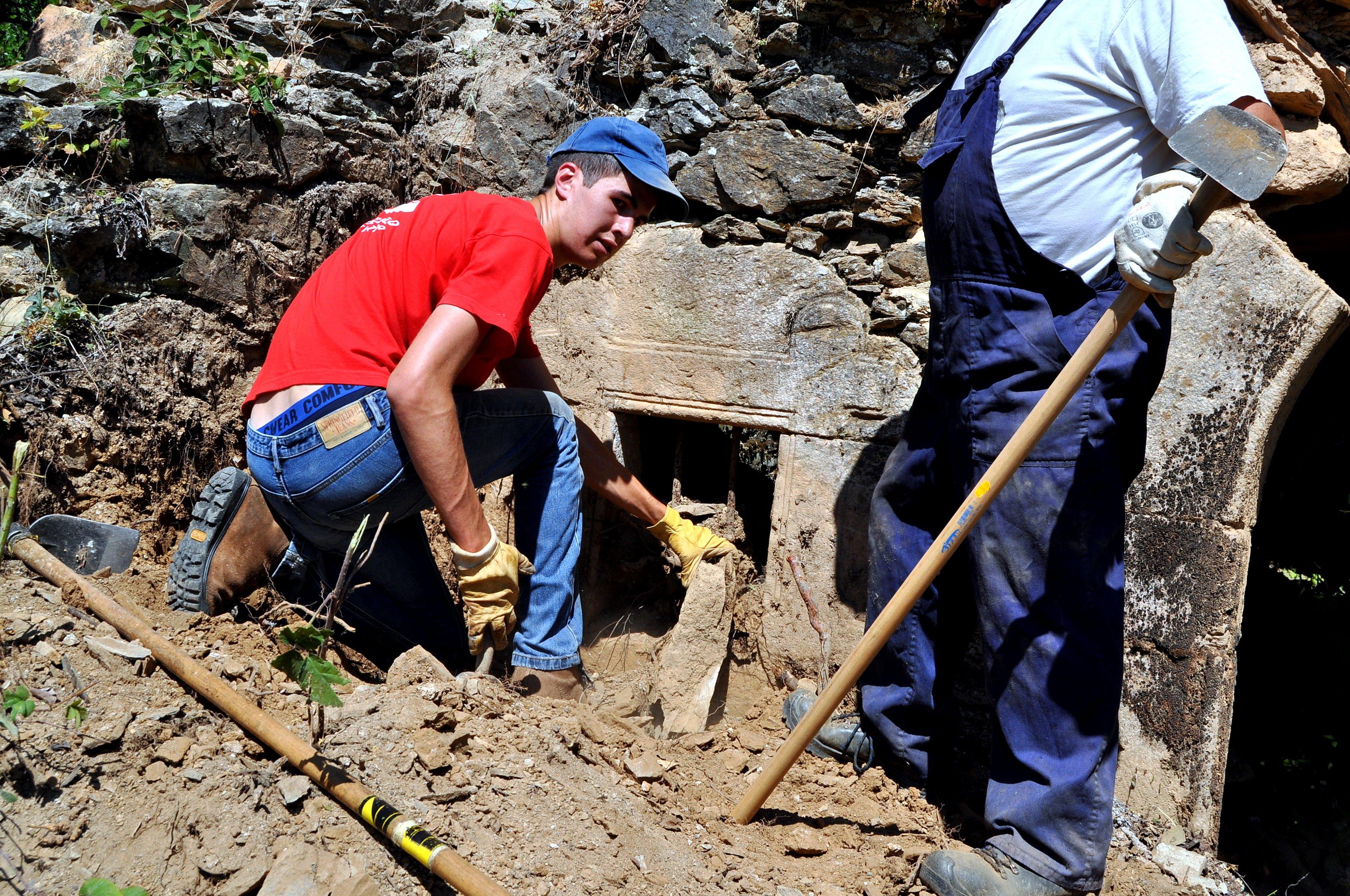 Bajo los escombros aparecen algunos elementos ocultos.