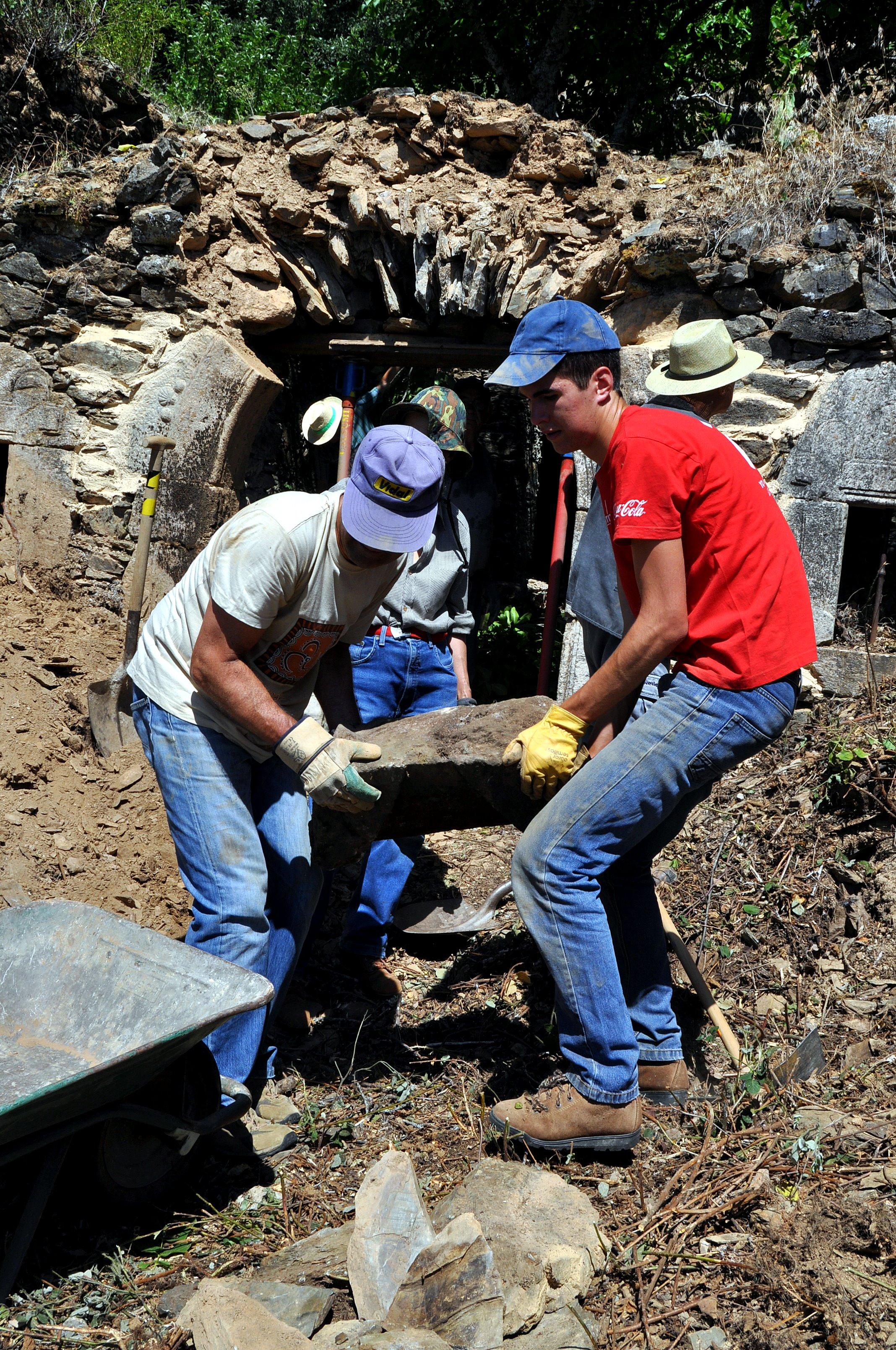 Acopiando piedras caídas que volverán a necesitarse para la restauración.