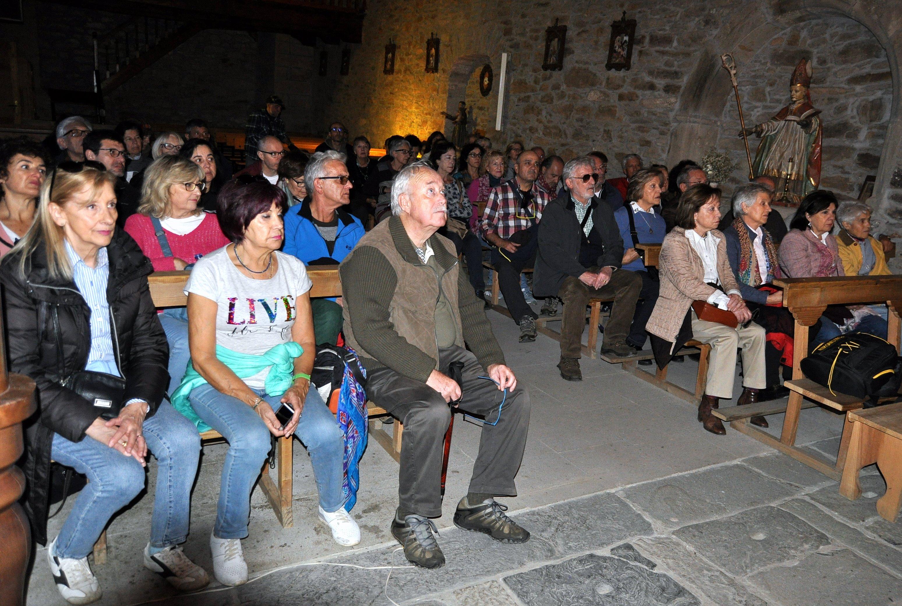 Miembros de Promonumenta escuchando a Folgueral en la iglesia de Santa Marina.