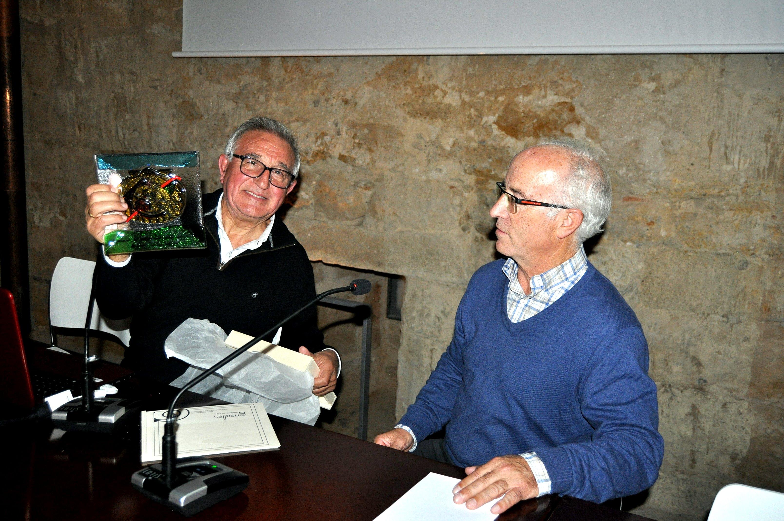 Víctor Ferrero recibe un recuerdo con el emblema de la Asociación de Amigos del Camino de Santiago.