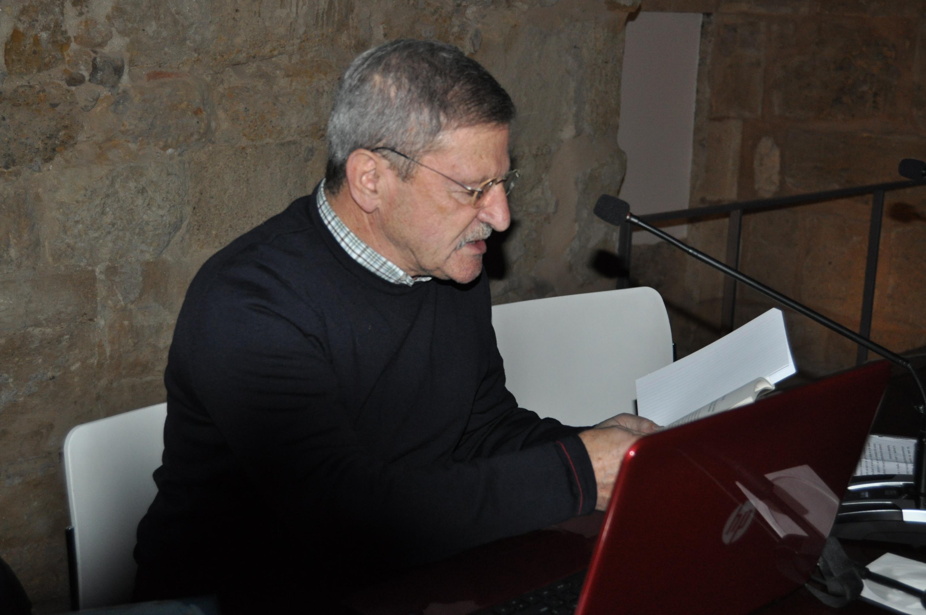 Luis Gutiérrez Perrino en sendos momentos de su conferencia.