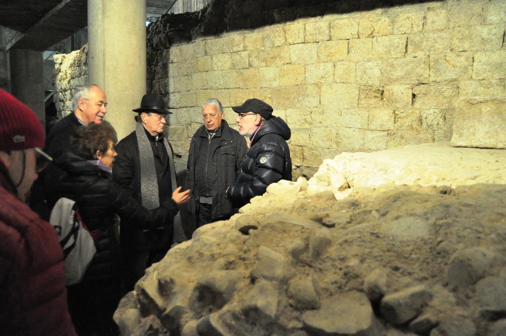 Promonumenta durante la visita a una de las criptas (la 1ª) de CASCALERÍAS.