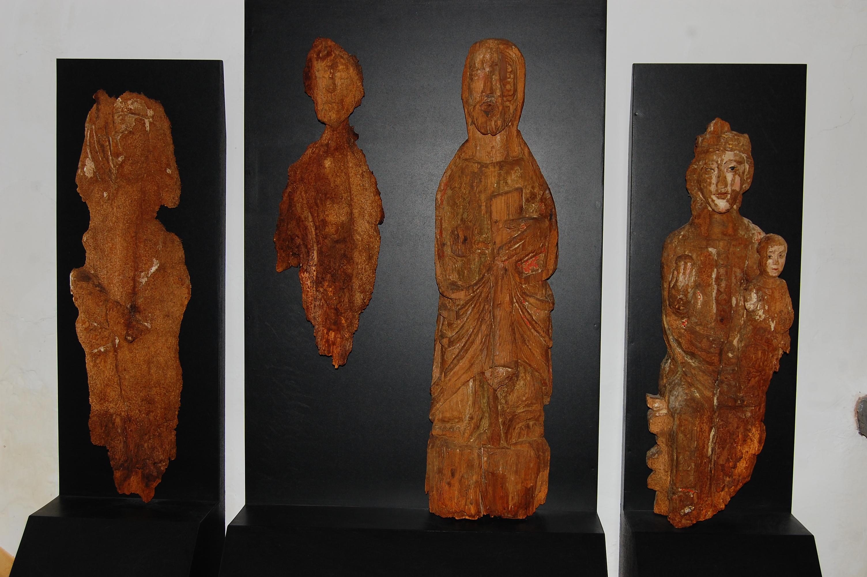 Vallecillo. Grupo de imágenes aparecidas tras elñ retablo. los efectoa de la humedad son evidentes (foto David Gustavo López)