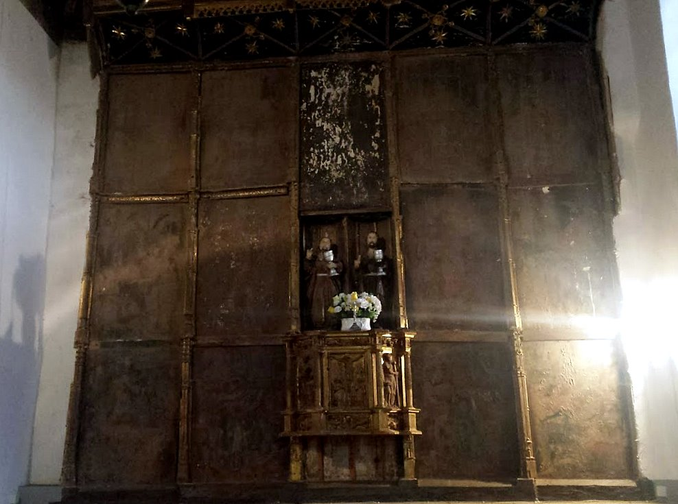 Retablo de Villaselán. Los barnices aplicados en distintas épocas han ennegrecido las pinturas. Precisa restauración urgente. (Foto Ramón Fernández)