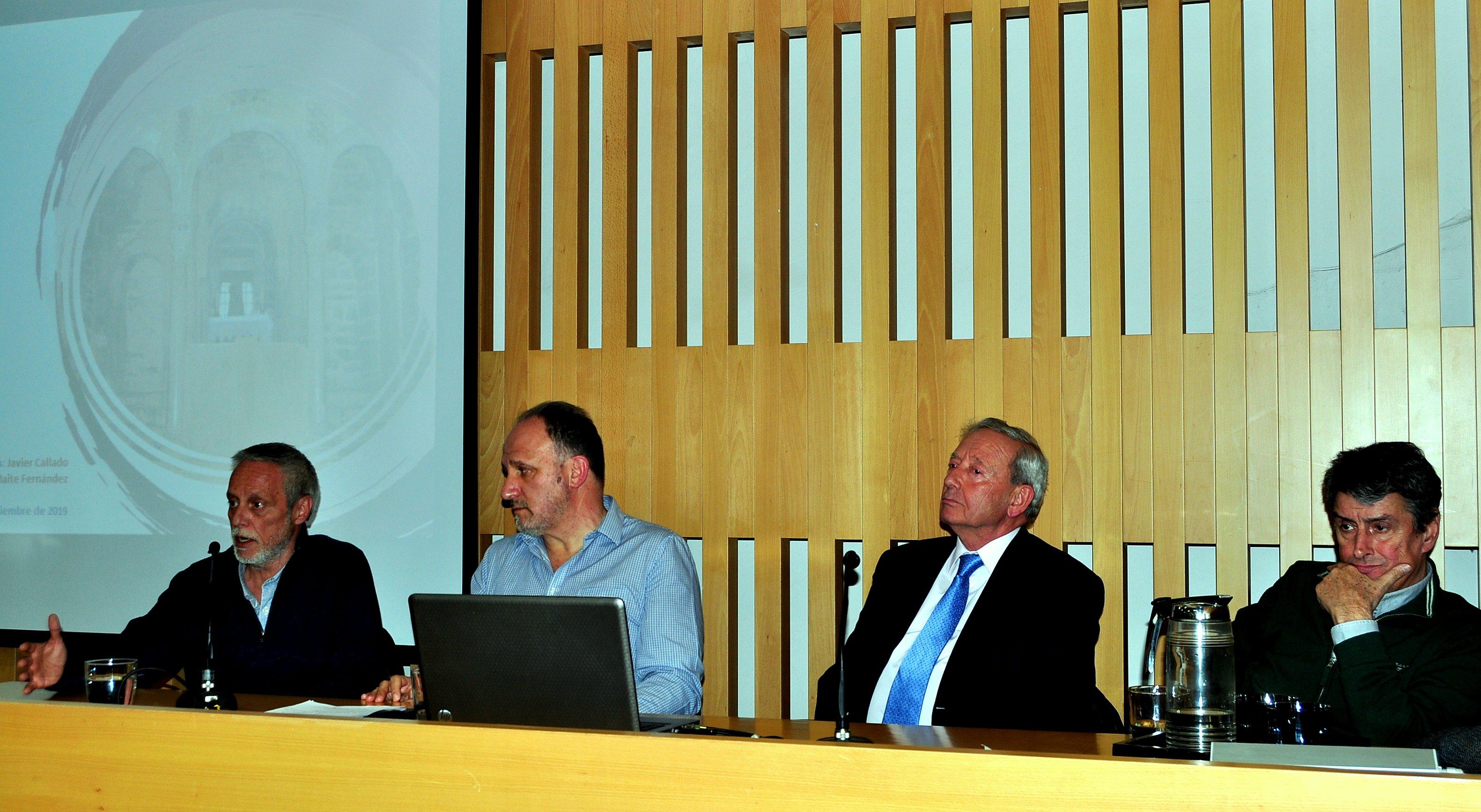 En la mesa, de izda a dcha, Artemio Tejera, Javier Callado, Marcelino Fernández (Presidente de Promonumenta)y Graciliano Palomo (Patronato de Sierra Pambley)