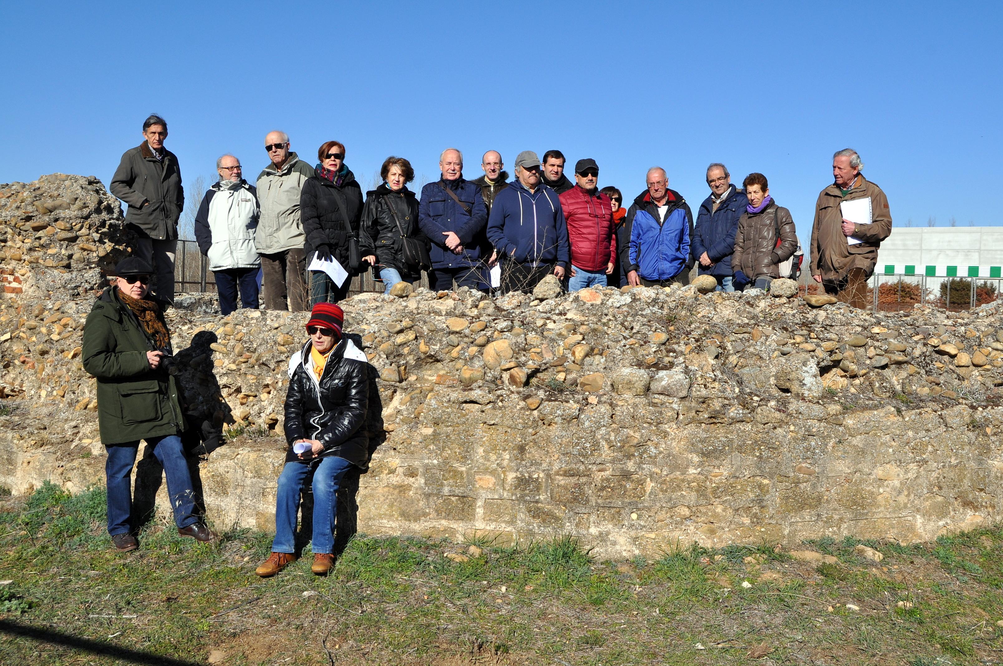 Grupo de Promonumenta ante las ruinas del ábside de Marialba.