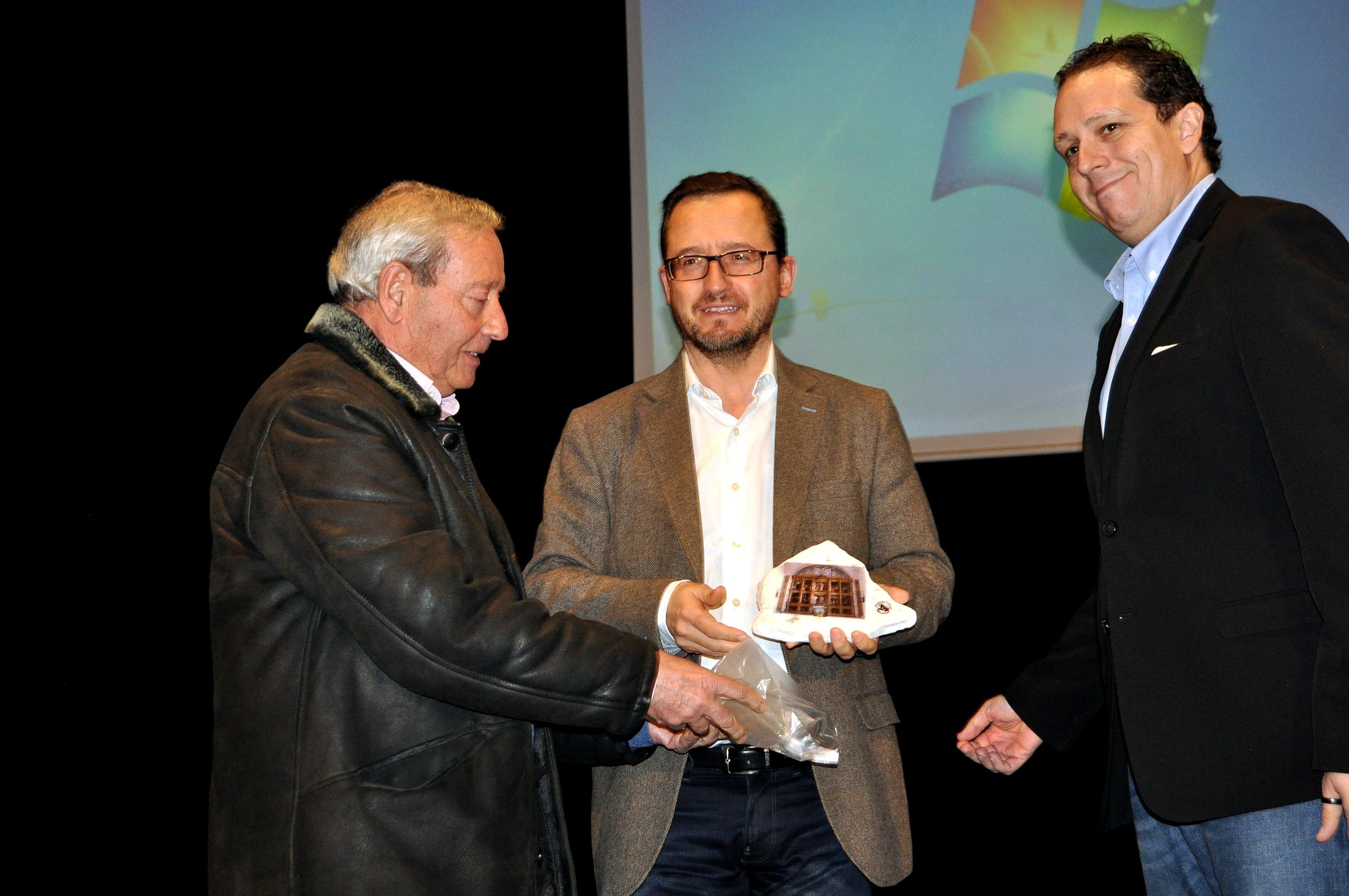 El presidente de Promonumenta entrega un recuerdo al Director General de Patrimonio.