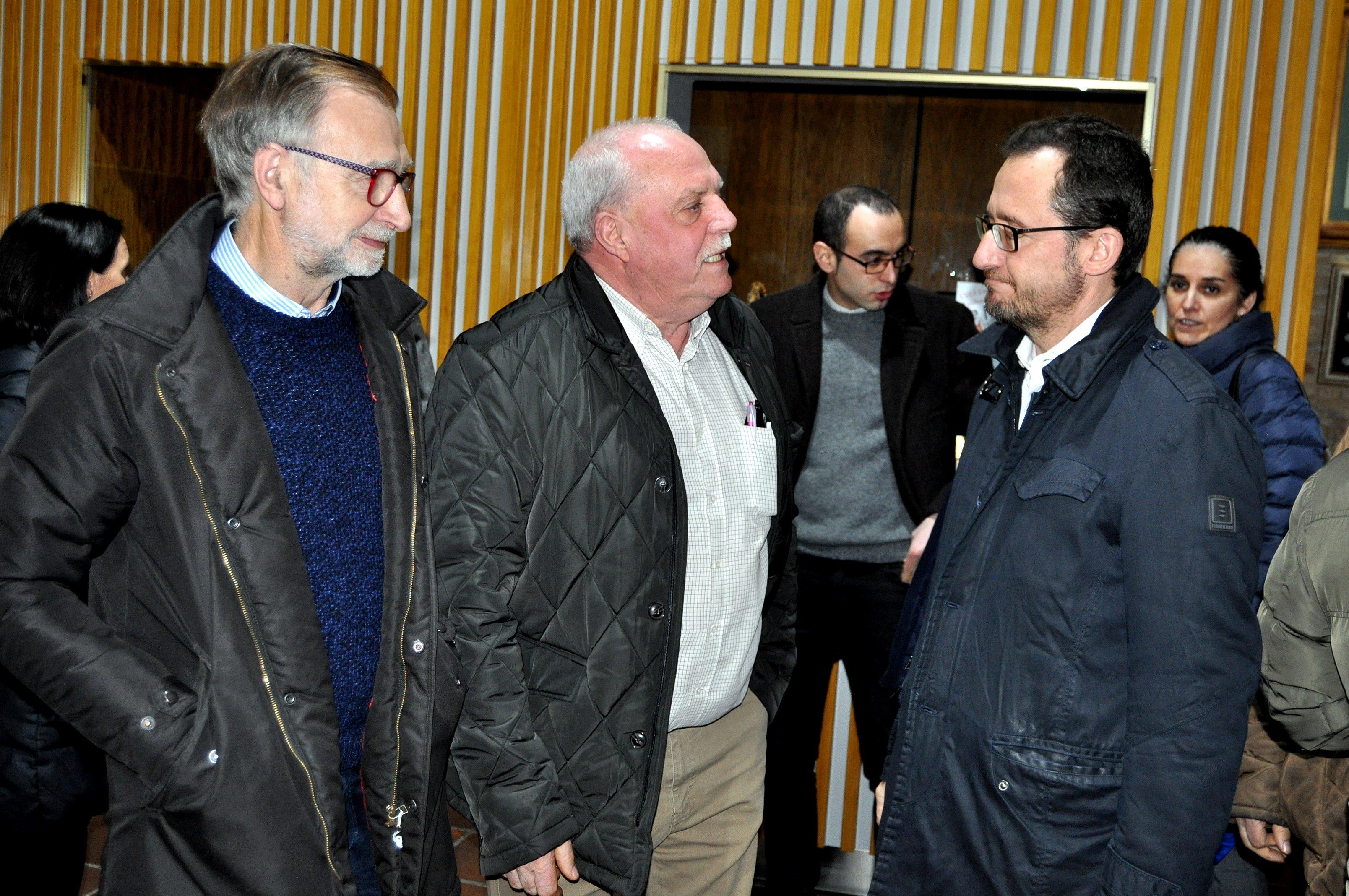 El alcalde de La Ercina y el concejal de Cistierna charlan con el Director General de Patrimonio.