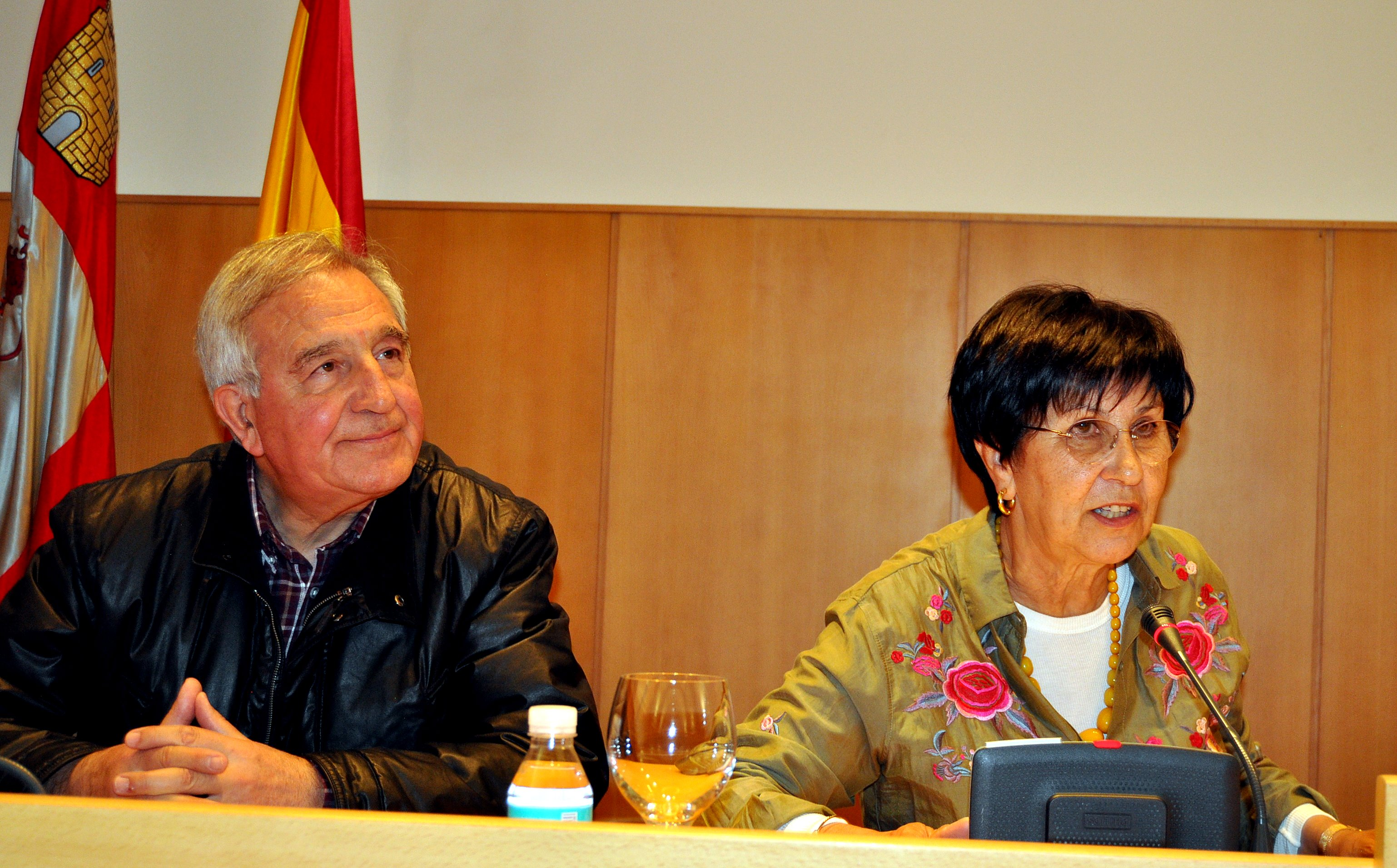 La Presidenta del Instituto de Estudios Bercianos presenta la revista de Promonumenta en Ponferrada. A su lado el Director de la Revista, Víctor