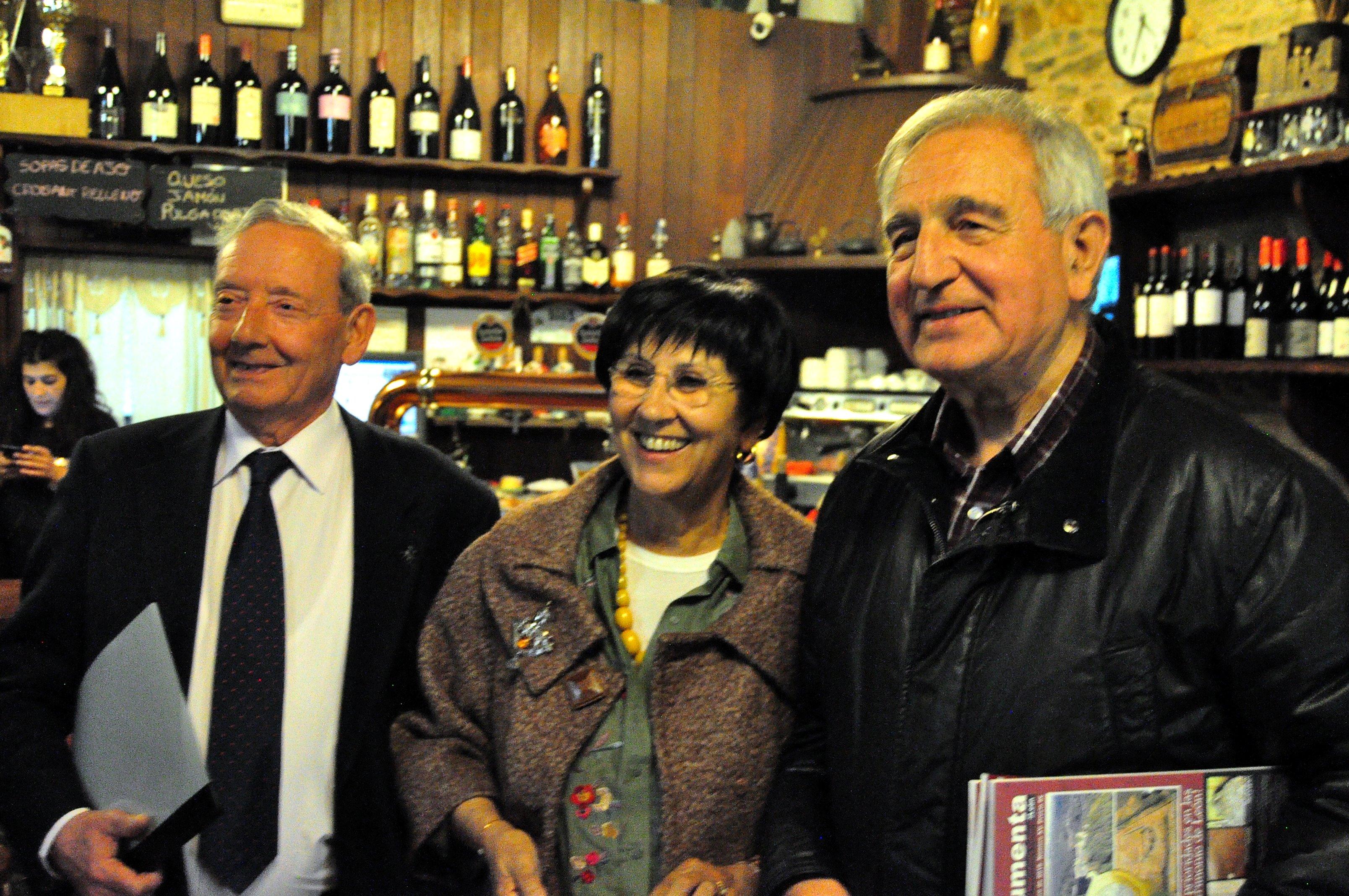 Mar Palacio con el presidente de Promonumenta, Marcelino Fernández, y con el directos de la revista, Víctor Ferrero.