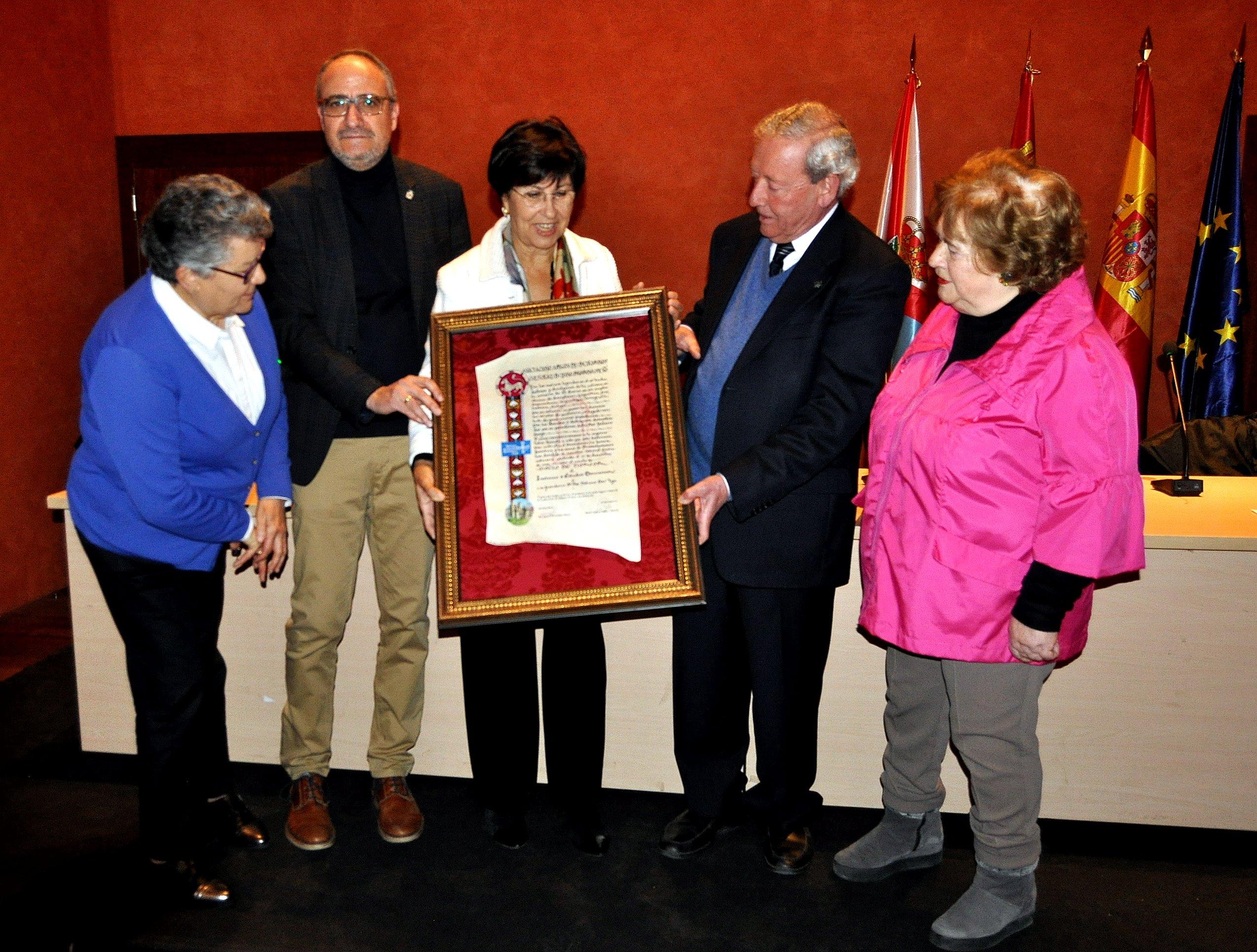 El presidente de Promonumenta entrega el diploma de Socio de Honor s la presidenta del Inhstituto de Estudios Bercianos.