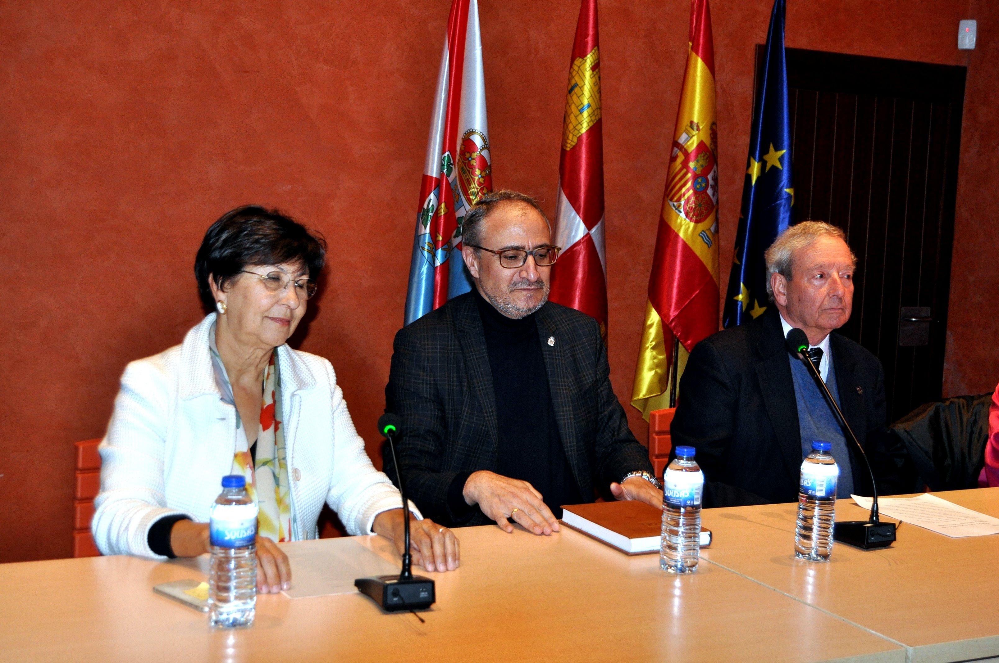 Mar, Marcelino Fernández y Olegario Ramón, alcalde de Ponferrada, presiden el acto.