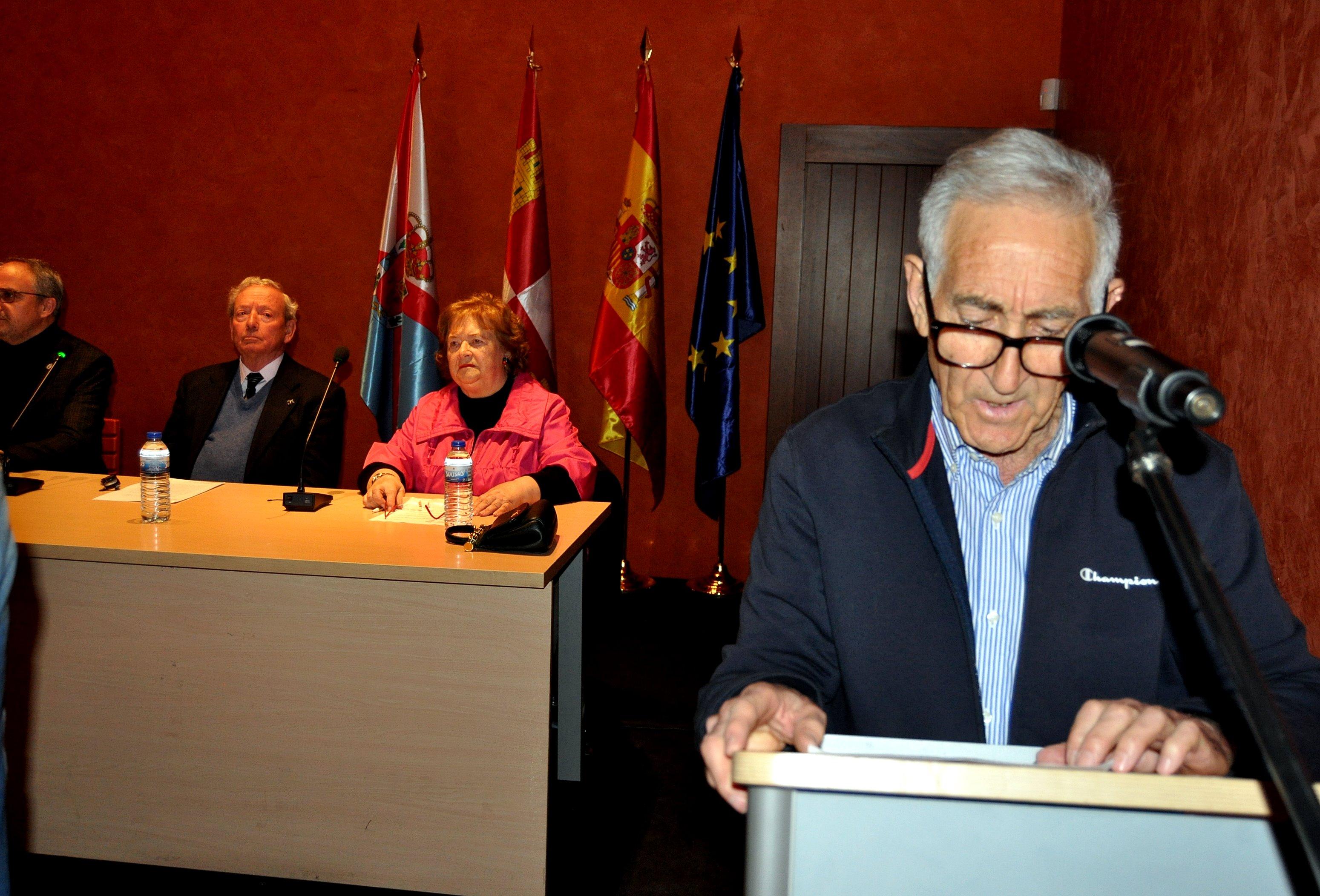 Miguel Amigo, socio de Promonumenta en Ponderrada, presenta el acto.