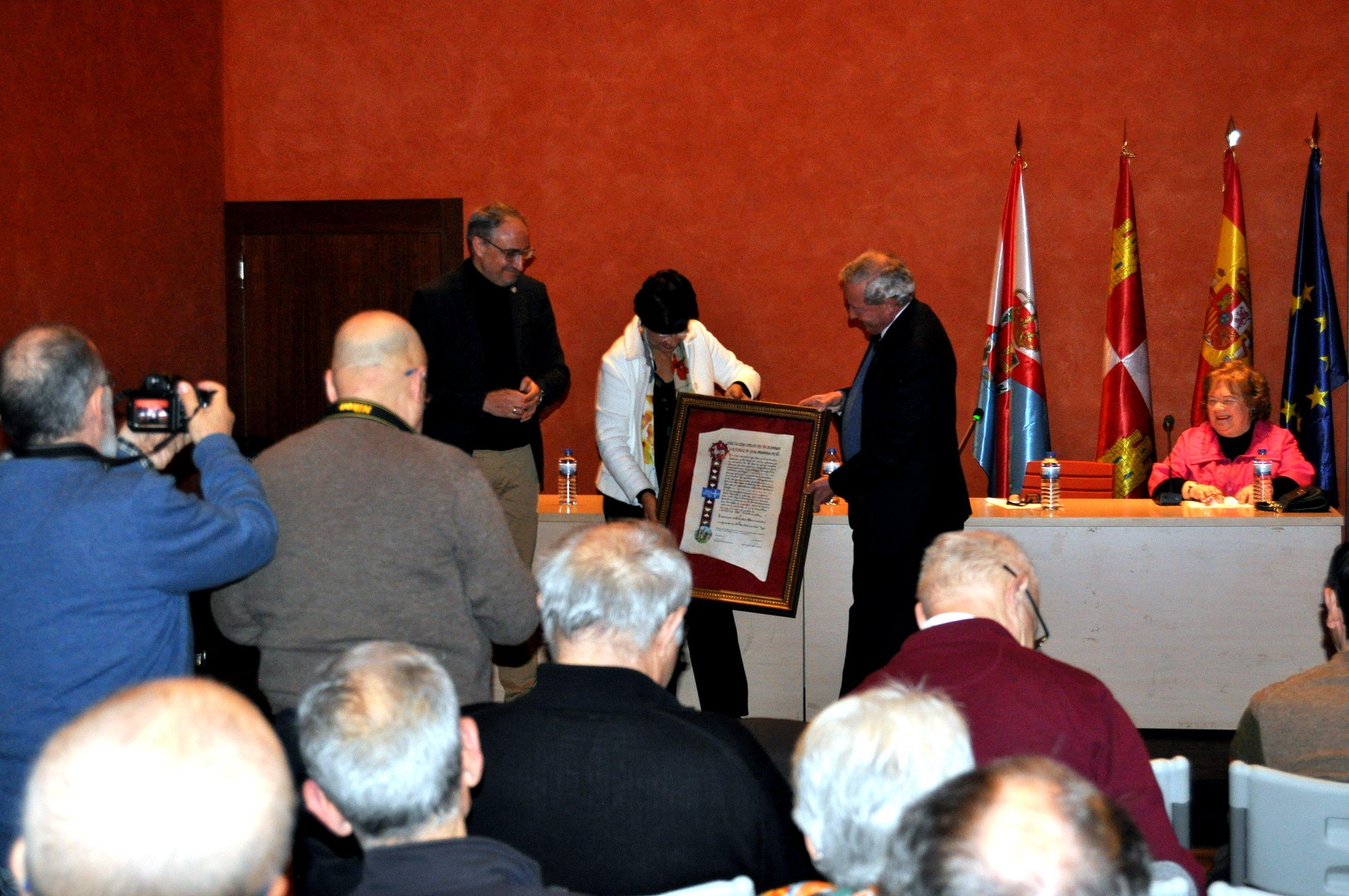 Entrega del Diploma en presencia de D. Olegario Ramón, alcalde de Ponferrada.