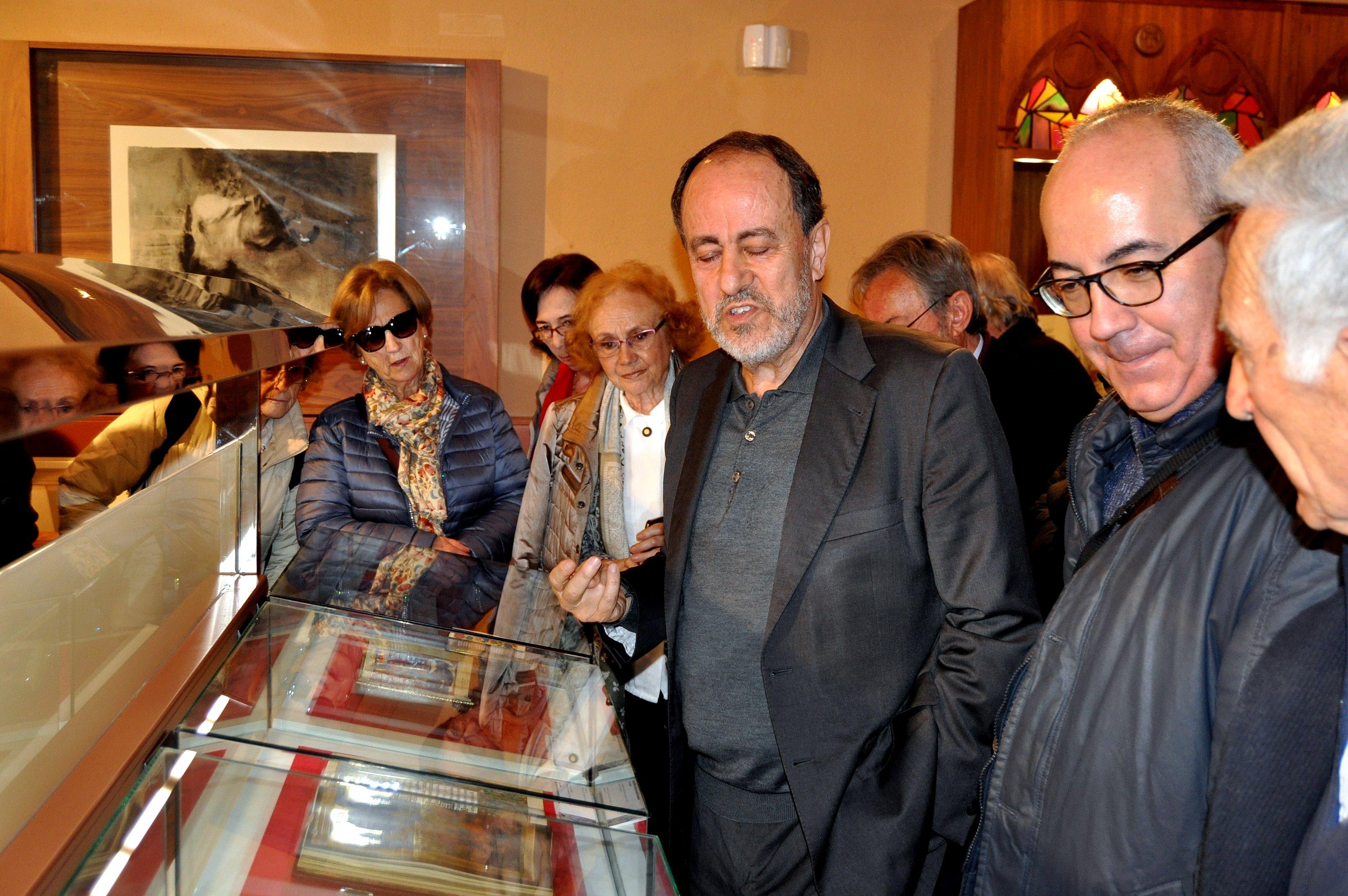 El bibliófilo Antonio Ovalle explica los facsímiles a los  socios de Promonumenta
