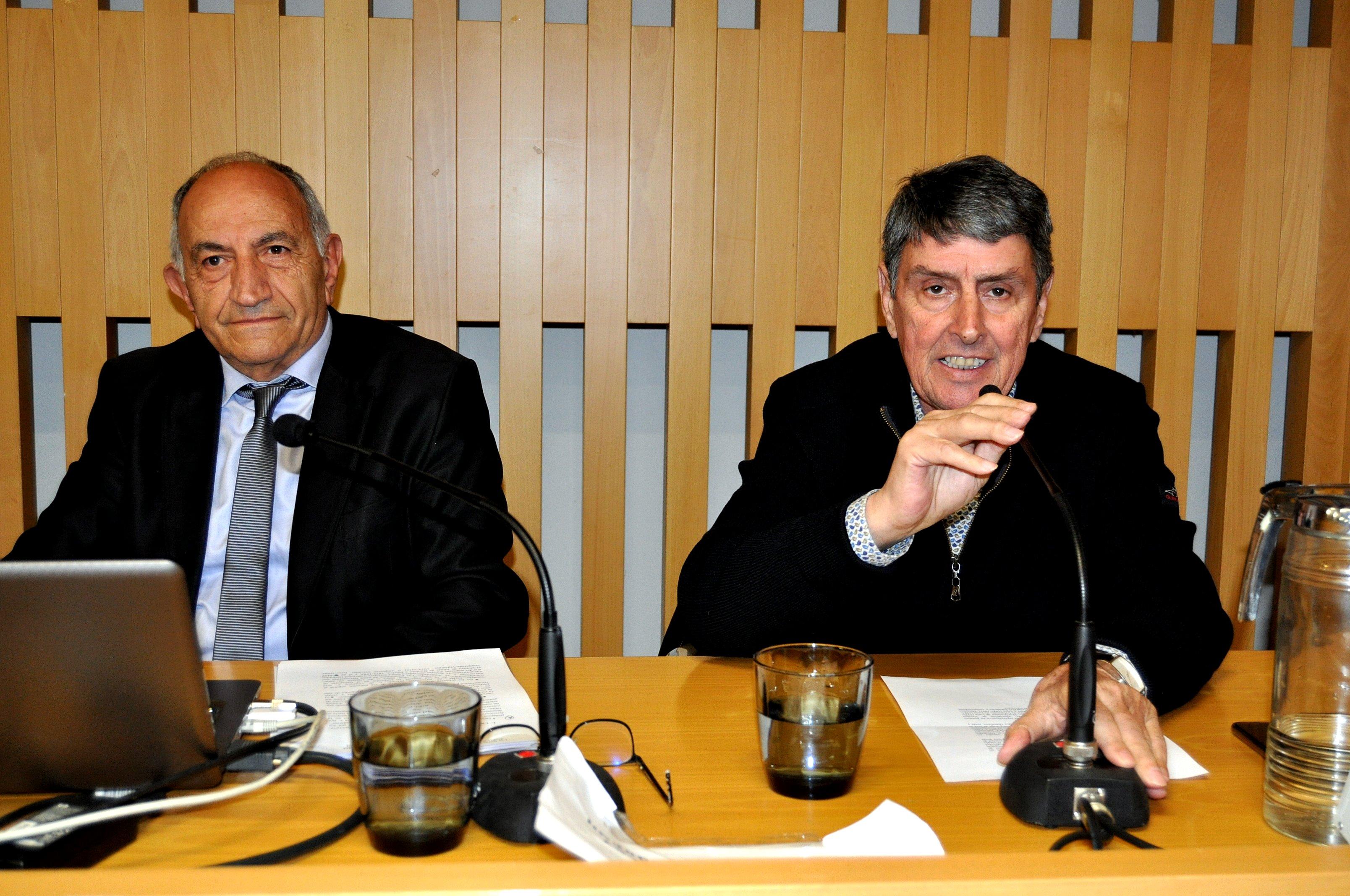 Graciliano Palomo, del Patronato de Sierra Pambley, presenta al conferenciante.