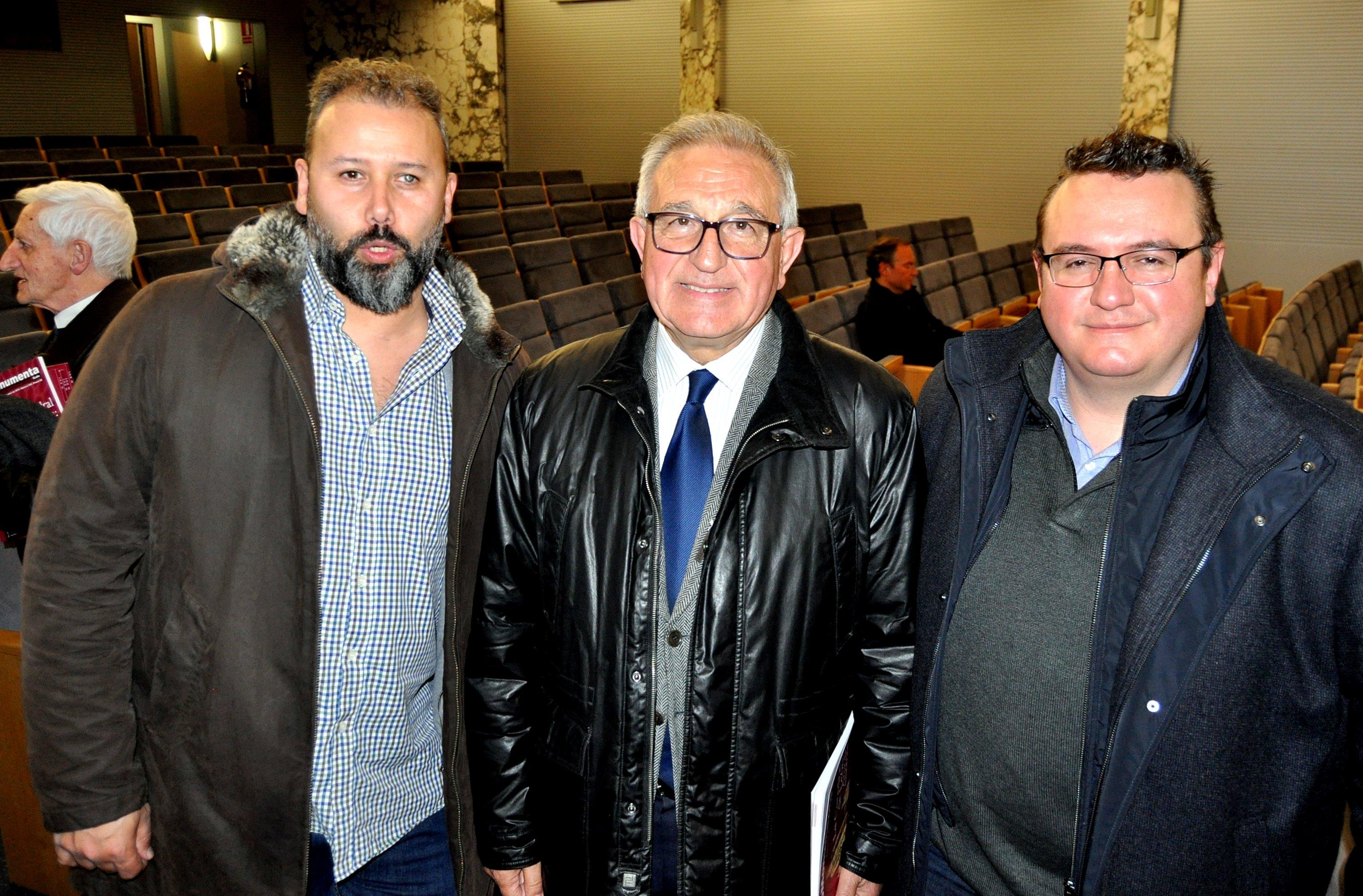 Víctor Ferrero con Pedro (de Cultural Norte, productora editorial de la revista) y Mikel Mandon (diseñador y maquetista de la revista).