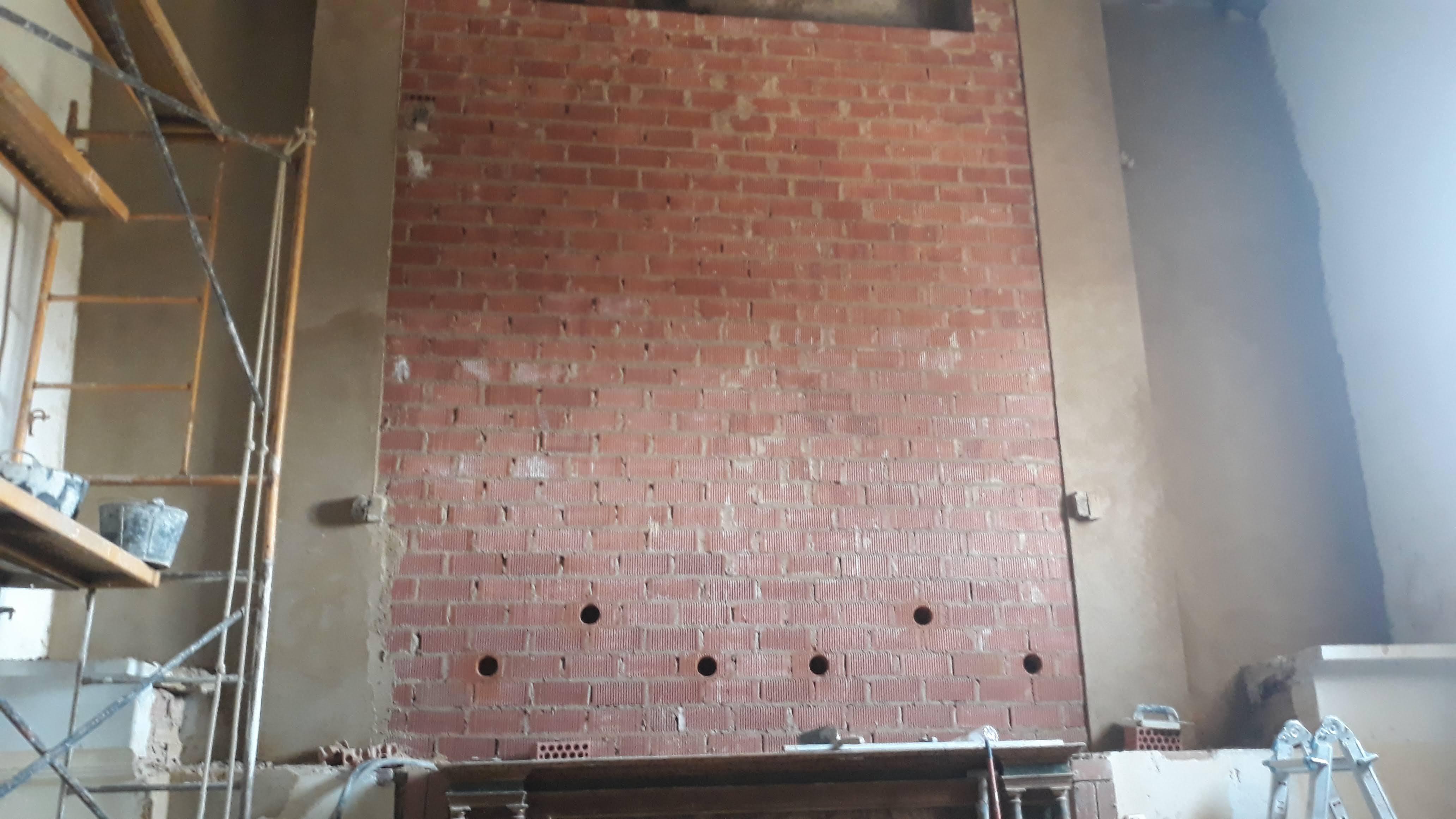 Reparación del muro de la casbecera (foto Ramón de lav Poza).
