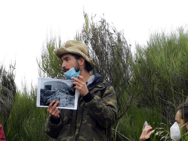 El arqueólogo Javier Rabanal muestra una foto de las defensas.