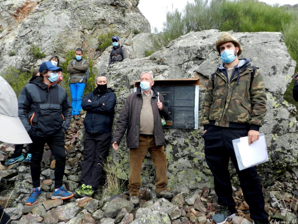 El arqueólogo Llamazares y el presidente de Promonumenta ante el panel explicativo de Peña Morquera.